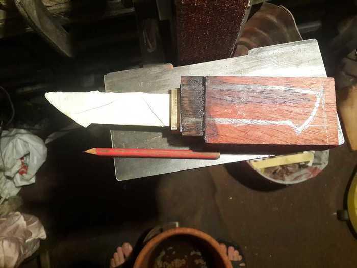 Эскиз рукояти на деревянной заготовке