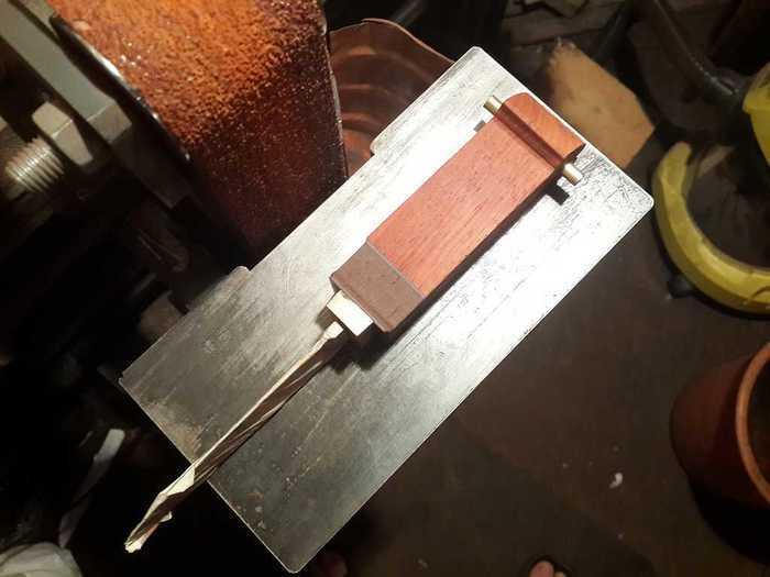 Рукоять ножа с латунной трубкой в темлячном отверстиия