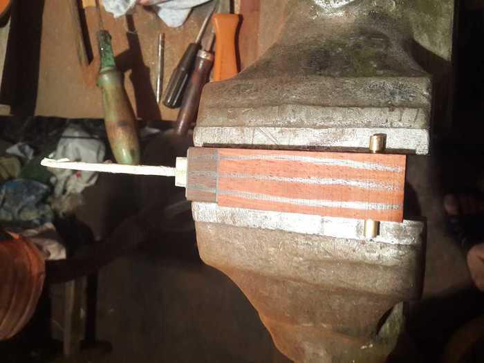Контур рукояти на деревянной заготовке