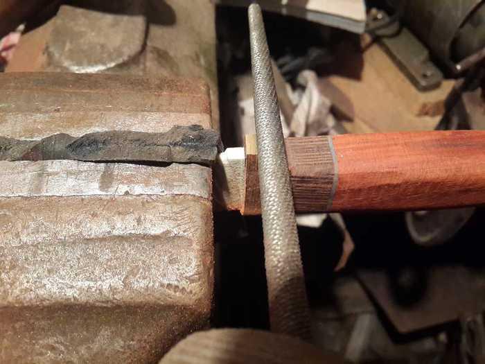 Формирование подпальцевого упора на рукояти ножа