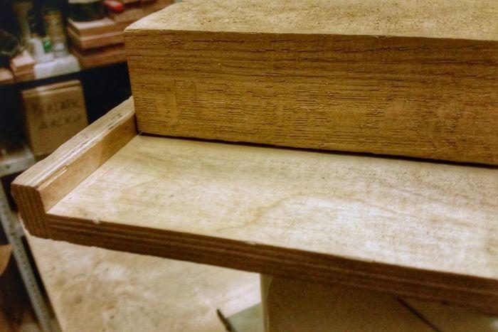 Деревянная доска на листе фанеры