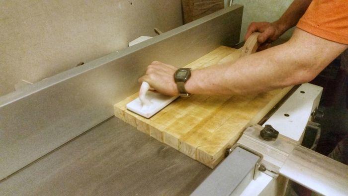 Выравнивание клееного щита на фуговальном станке
