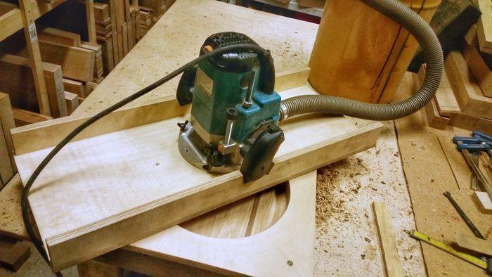 Снятие углубления в деревянном подносе фрезой