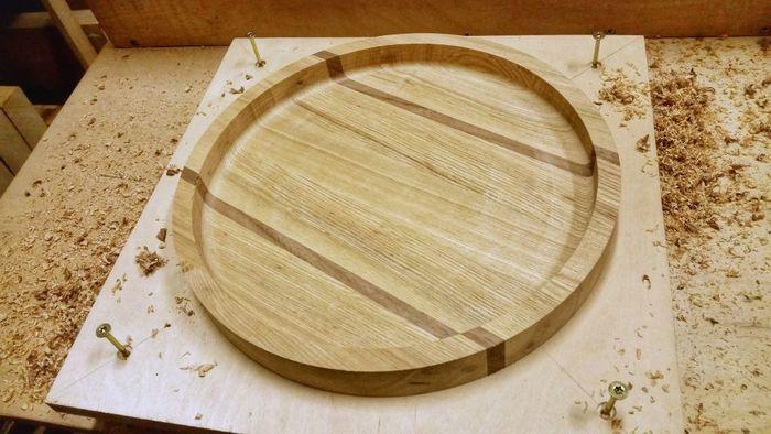 Необработанный круглый деревянный поднос