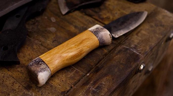 нож с рукоятью из древесины белого граба