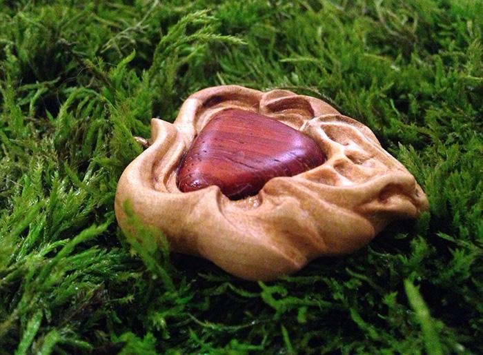 кулон из древесины груши и падука