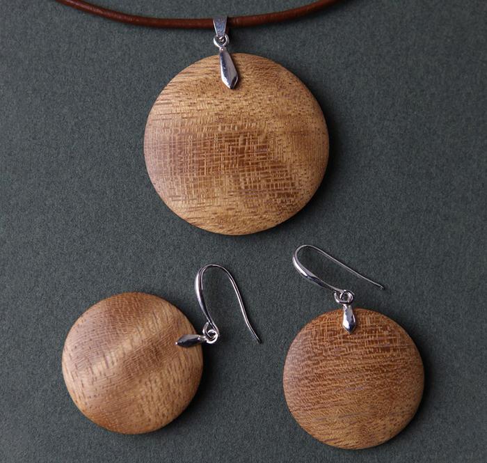комплект украшений из древесины ироко