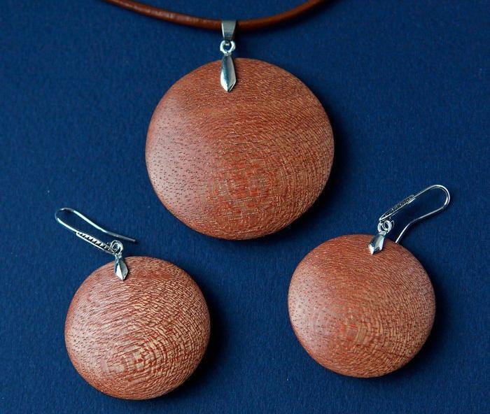 серьги и кулон из древесины меранти