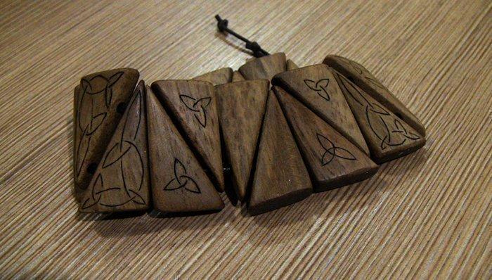 браслет из древесины грецкого ореха на вощеном шнуре