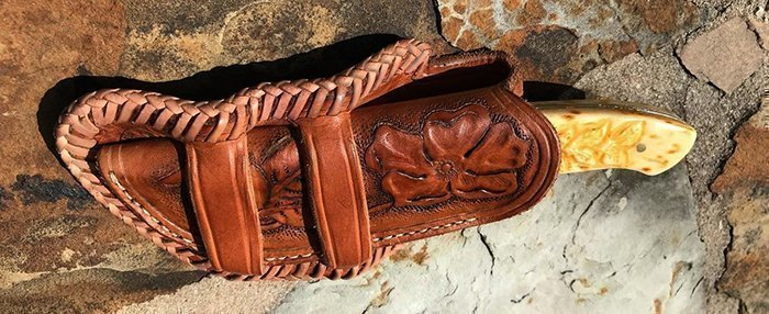 кожаные ножны с декоративным швом из вощеного шнура