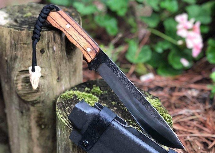 нож с темляком из вощеного шнура