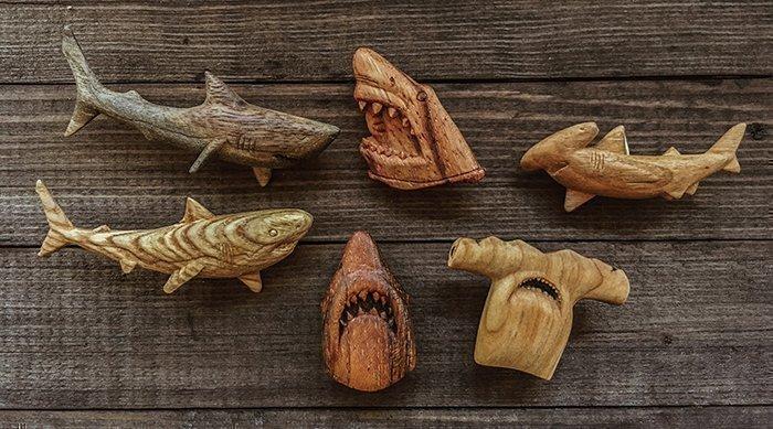 фигурки брошек в форме акул из разных пород древесины