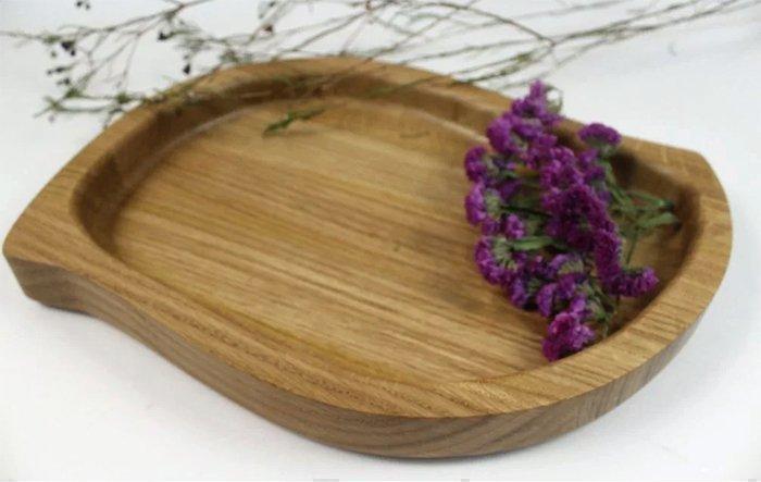 поднос из древесины дуба в форме лепестка