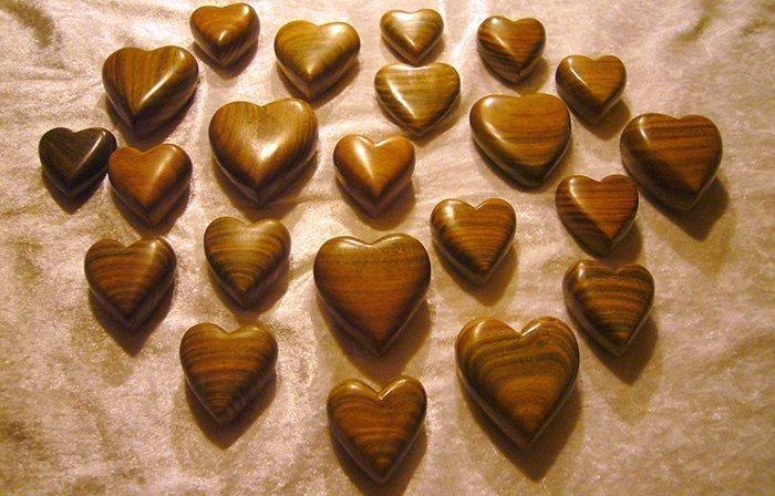 фигуры в форме сердца из древесины бакаута