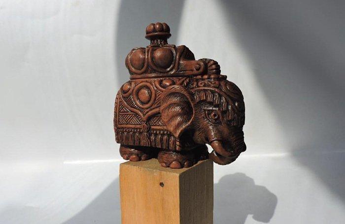 резная фигурка из древесины груши