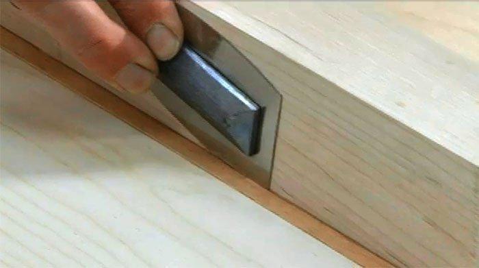Резка шпона с помощью ножа-пилы