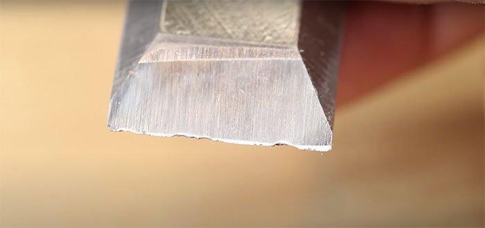 Поврежденная режущая кромка стамески